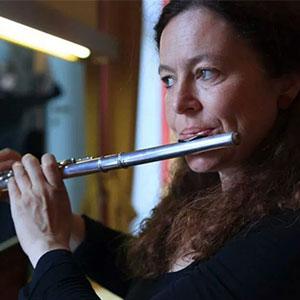 Vera Klug lebt als freiberufliche Musikerin und Musikpädagogin in Salzburg.